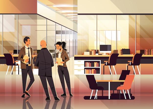 Ludzie biznesu komunikują się w biurze Premium Wektorów