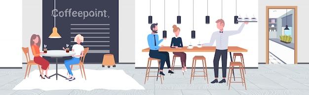 Ludzie Pijący Kawę Kelnera Serwujący Napoje Do Pary Klientów Coffeepoint Koncepcja Nowoczesna Kawiarnia Wnętrze Poziomej Pełnej Długości Premium Wektorów