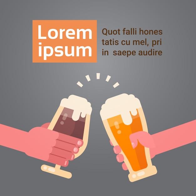 Ludzie ręce clinking szklanki piwa dopingowanie uroczystości festiwalu koncepcja Premium Wektorów