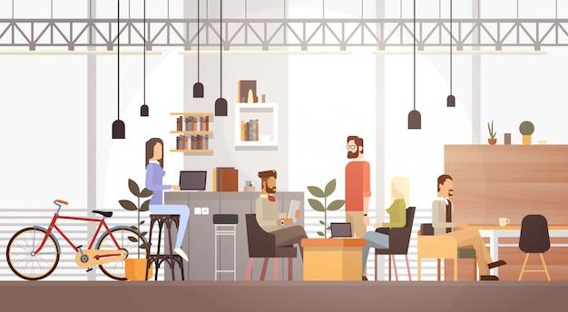 Ludzie w creative office co-working center university campus modern workplace interior Premium Wektorów