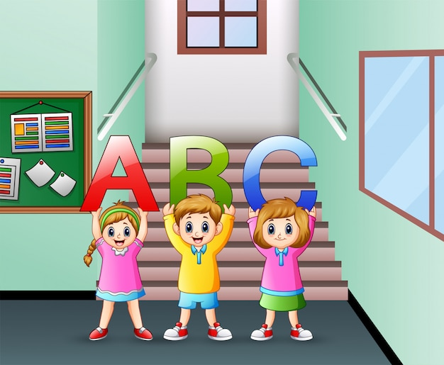Małe dziecko trzyma list abc w korytarzu szkoły Premium Wektorów
