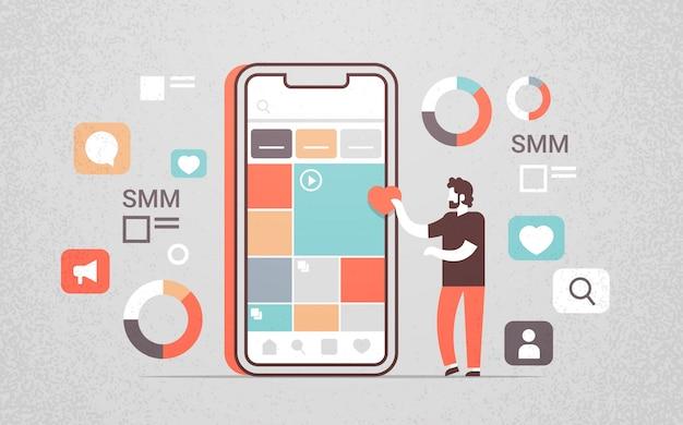 Menedżer Korzystający Z Aplikacji Mobilnej Do Zarządzania Mediami Społecznościowymi Premium Wektorów