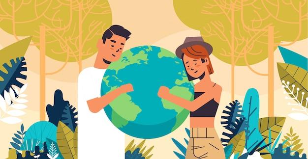 Mężczyzna Kobieta Para Gospodarstwa Ziemi Glob Przejdź Zielony Zapisać Planety Ochrony środowiska Oszczędzanie Energii Koncepcja Krajobraz Tło Poziomej Portret Premium Wektorów