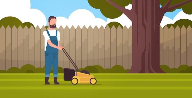Mężczyzna Ogrodnik Cięcia Zielonej Trawy Z Kosiarki Rolnik Przeprowadzki Ogrodnictwo Ogród Przydomowy Premium Wektorów