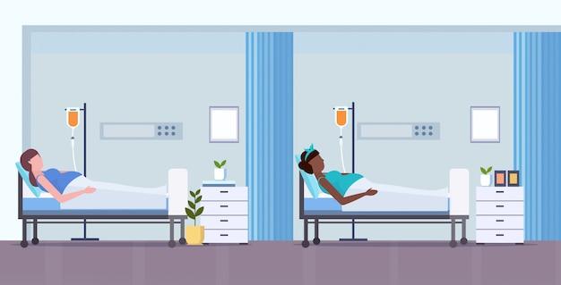 Mieszać Rasy Kobiety W Ciąży Z Kroplomierzem Ciąża Opieki Zdrowotnej Koncepcji Pacjentów Leżących W Intensywnej Terapii Oddział Szpitalny Wnętrze Pełnej Długości Poziomej Premium Wektorów
