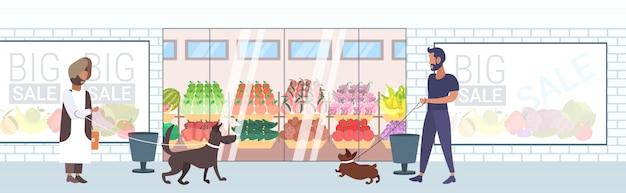 Mieszać Rasy Ludzi Chodzących Z Psami, Zabawy Przed Supermarketem Sklep Spożywczy Sklep Zewnętrzny Na Zewnątrz Pełnej Długości Poziomy Baner Premium Wektorów