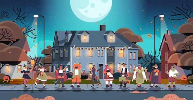 Mieszaj Ludzi Rasy W Kostiumach Spacerujących Po Mieście Trick Or Treat Szczęśliwe święto Halloween Koronawirus Koncepcja Kwarantanny Pozioma Ilustracja Wektorowa Pełnej Długości Premium Wektorów