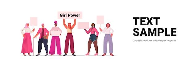 Mix Race Girls Aktywiści Trzymający Plakaty Ruch Inicjacji Kobiet Kobiet Koncepcja Władzy Pełnej Długości Pozioma Kopia Przestrzeń Ilustracji Wektorowych Premium Wektorów