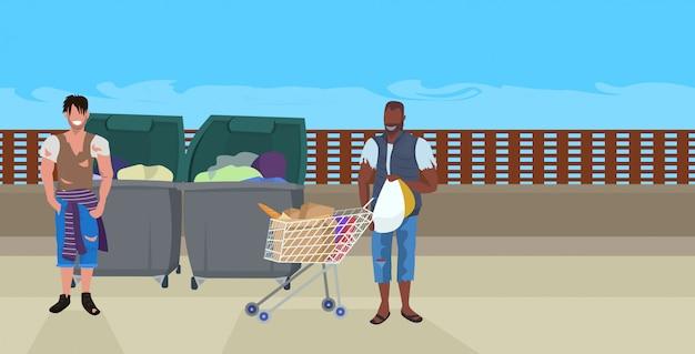 Mix Trampów Wyścigowych Poszukujących żywności I Ubrań W Koszu Na śmieci żebrak Afroamerykanin Pchanie Wózka Wózek Z Rzeczami Koncepcja Bezdomnego Pozioma Pełna Długość Premium Wektorów