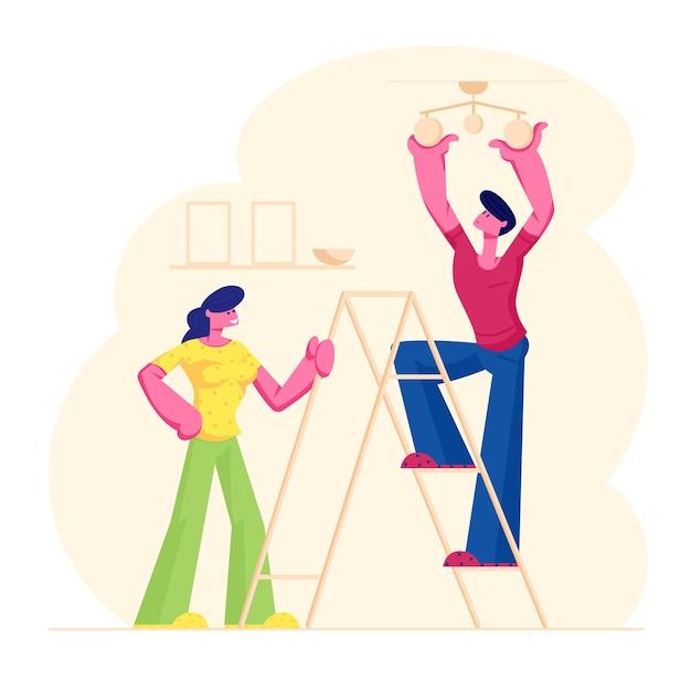 Młoda Para Dekorowanie Mieszkania W Salonie, Mężczyzna Stojący Na Drabinie Wisząca Lampa Na Suficie, Ilustracja Kreskówka Płaski Premium Wektorów