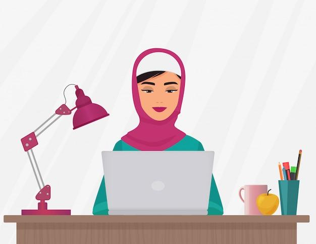 Muzułmańska kobieta pracuje na laptopie Premium Wektorów