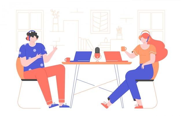 Nagraj Webcast Podcastu Lub Samouczka. Wywiad Online. Facet I Dziewczyna Siedzą W Słuchawkach, Na Stole Są Laptopy. Płaska Ilustracja Z Jaskrawymi Charakterami. Premium Wektorów