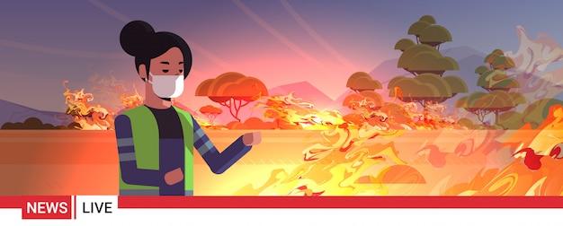 Najświeższe Informacje Reporter W Masce Na żywo Brodcasting Krzak Ogień Suche Lasy Palenie Drzew Globalne Ocieplenie Katastrofa Naturalna Ekologia Problem Koncepcja Portret Poziomy Premium Wektorów