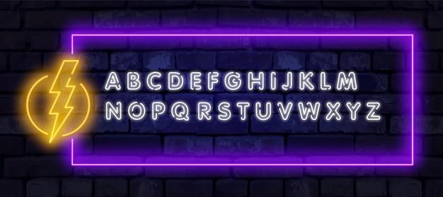 Neonowa Rama Z Znakiem Błyskawicy Szyld Na Błękitnym Tle. Premium Wektorów