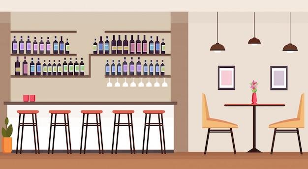 Nowoczesny Bar Koktajlowy Z Butelkami Alkoholu Pusty Brak Osób Restauracja Wnętrze Licznik Wysokie Krzesła Stół Płaskie Poziome Premium Wektorów