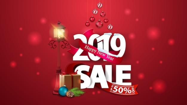 Nowy Rok Czerwony Rabat Transparent Z Dużych Liczb 2019, Prezenty I Antyczne Lampy Uliczne Premium Wektorów