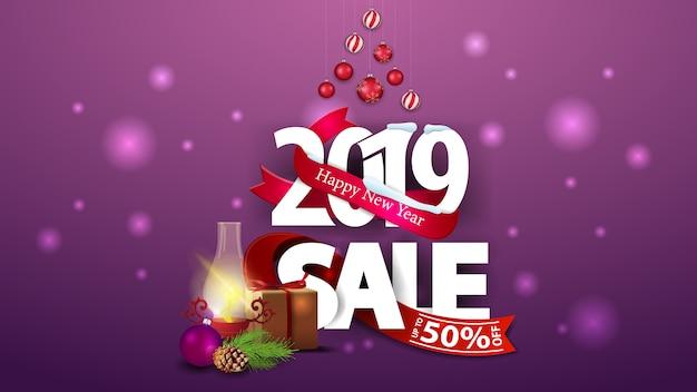 Nowy Rok Purpurowy Rabatowy Sztandar Z Dużymi Liczbami 2019, Prezentami I Antykwarską Lampą Premium Wektorów