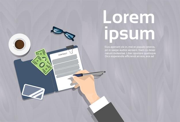 Odgórny kąt widok biznesowego mężczyzna podpisywania kontrakta dokumentu miejsca pracy sztandar z kopii przestrzenią Premium Wektorów