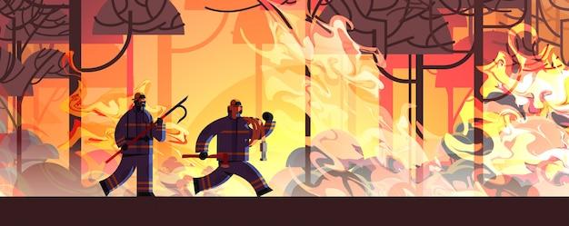 Odważni Strażacy Ze Złomem Topór I Wąż Gaśniczy Niebezpieczny Pożar Strażacy Walczący Z Krzakiem Pożar Straż Pożarna Koncepcja Klęski żywiołowej Intensywne Pomarańczowe Płomienie Poziome Premium Wektorów