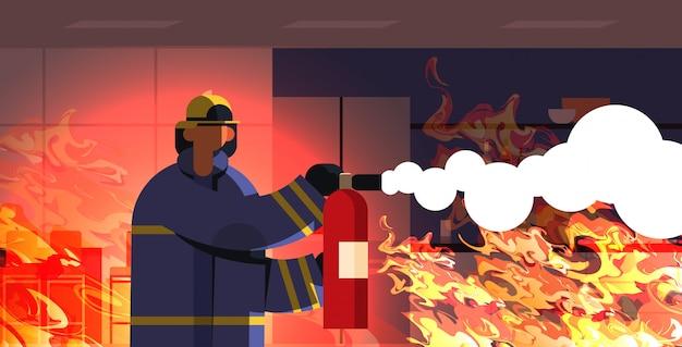 Odważny Strażak Za Pomocą Gaśnicy Strażak W Mundurze I Hełm Strażacki Pojęcie Pomoc Domowa Płonący Wnętrze Pomarańczowy Płomień Premium Wektorów