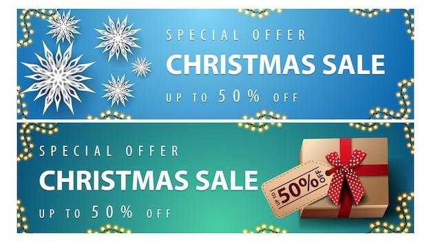 Oferta specjalna, wyprzedaż świąteczna, do 50% zniżki, niebieskie i zielone poziome bannery rabatowe z papierowymi płatkami śniegu i prezenty z metką Premium Wektorów
