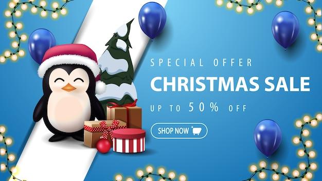 Oferta Specjalna, Wyprzedaż świąteczna, Niebieski Baner Rabatowy Z Girlandą, Niebieskie Balony, Ukośna Linia I Pingwin W Czapce świętego Mikołaja Z Prezentami Premium Wektorów