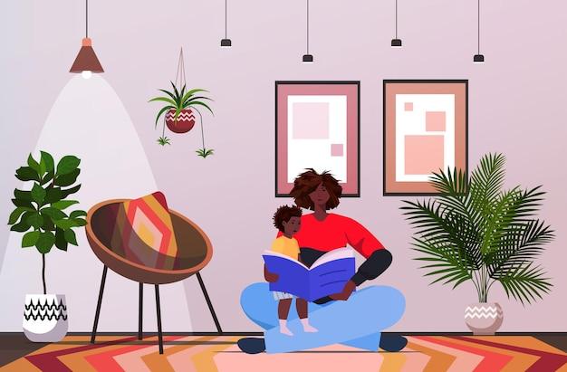 Ojciec Czyta Książkę Z Małym Synem Rodzicielstwo Koncepcja Ojcostwa Tata Spędza Czas Z Dzieckiem W Domu W Poziomie Na Całej Długości Premium Wektorów