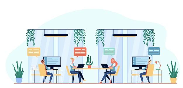 Operatorzy Infolinii Konsultują Klientów Płaską Ilustrację Darmowych Wektorów
