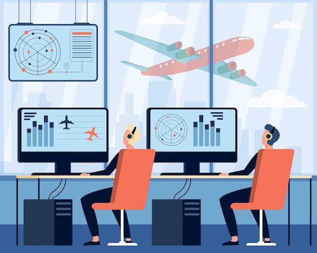 Operatorzy Kontrolujący Płaską Ilustrację Samolotu. Postaci Z Kreskówek Siedzi W Pokoju Dowodzenia Na Lotnisku Darmowych Wektorów