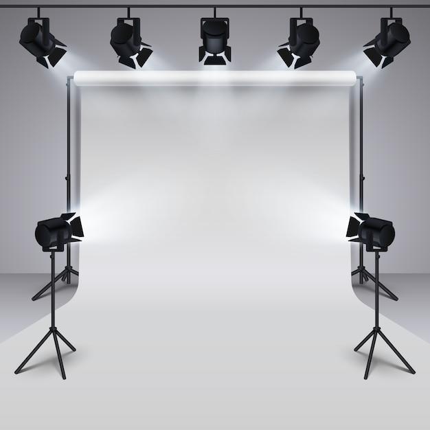 Oświetleniowy wyposażenie i fachowej fotografii pracowniany biały pusty tło. Premium Wektorów