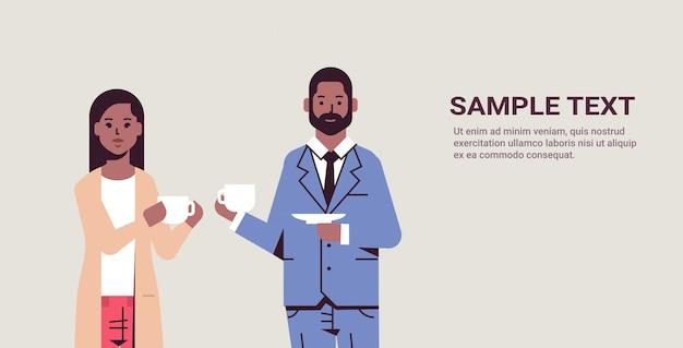 Para Biznesmenów Pije Cappuccino Podczas Spotkania Biznesowego Mężczyzna Kobieta Dyskutuje Kolegów Stoi Wpólnie Kawowej Przerwy Pojęcia Portreta Horyzontalnej Kopii Przestrzeń Premium Wektorów