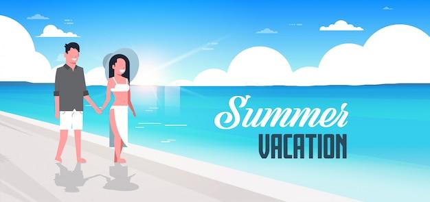 Para Mężczyzna Kobieta Wschód Słońca Plaża Lato Wakacje Uśmiechnięty Spacery Nadmorski Morze Ocean Premium Wektorów