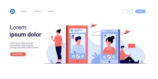 Para Ze Smartfonów Rozmawia Przez Połączenie Wideo Darmowych Wektorów