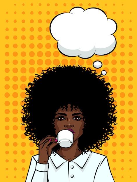 Piękna Biznesowa Kobieta Pije Kawę Z Ciemną Skórą. Afro Amerykańska Typ Dziewczyna Z Filiżanką Kawy Na Tle Stylu Pop-art. Twarz Dziewczyny Z Dymek I Filiżankę Herbaty W Dłoni. Premium Wektorów