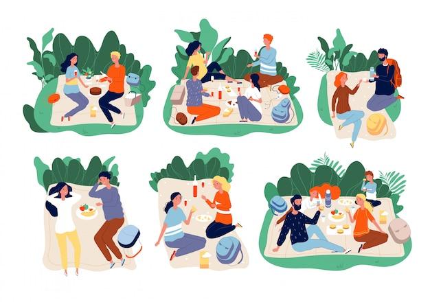Piknikowi Ludzie. Szczęśliwa Rodzina Na świeżym Powietrzu Razem Jedzą Kolację W Zielonych Letnich Parkach Piknikowych Premium Wektorów