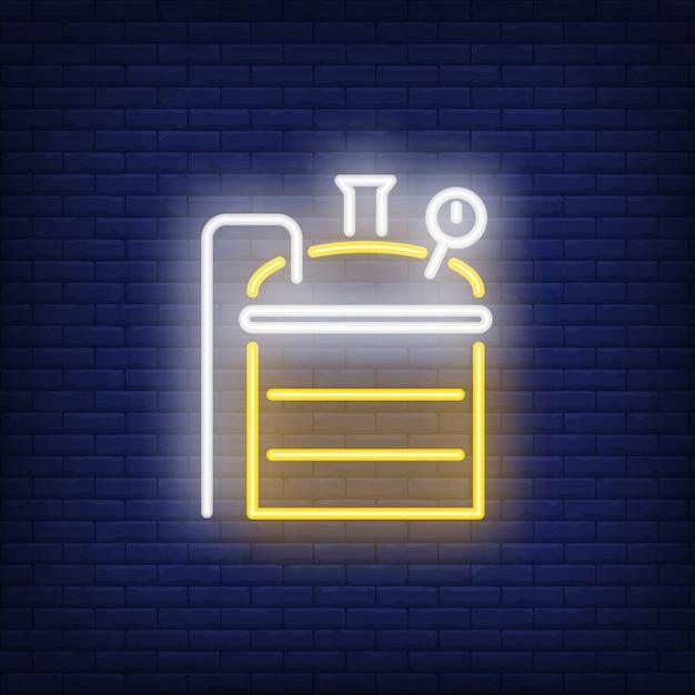 Piwowarstwo maszyna na ceglanym tle. ilustracja w stylu neonu. Darmowych Wektorów