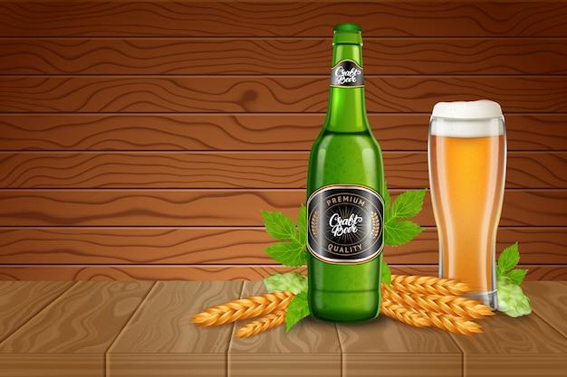 Plakat reklamy szablon z realistycznym szklanki piwa wysokiej, słodu, chmielu i butelki z klasycznym lekkim piwem na tle drewniane biurka. ilustracja stylu 3d. Premium Wektorów