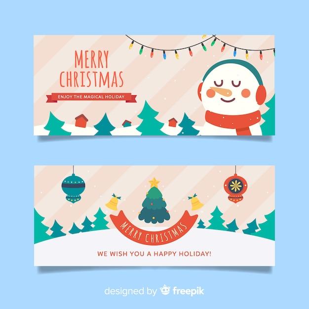 Płaskie banery świąteczne z bałwana i lasu choinek Darmowych Wektorów