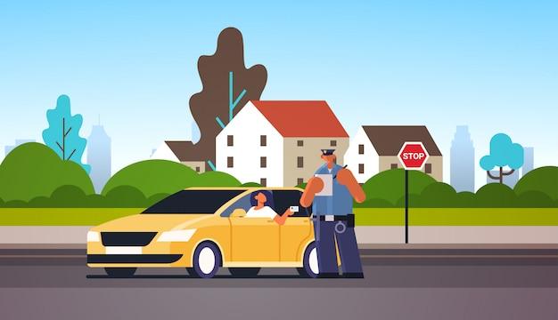 Policjant Pisze Raport Grzywny Parking Lub Mandat Za Przekroczenie Prędkości Dla Kobiety Siedzącej W Samochodzie Pokazano Prawo Jazdy Ruchu Drogowego Przepisy Bezpieczeństwa Koncepcja Pejzaż Premium Wektorów