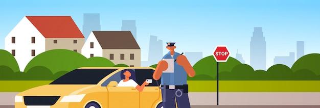Policjant Pisze Raport Parking Grzywna Lub Przekroczenie Prędkości Bilet Dla Kobiety Siedzącej W Samochodzie Pokazano Prawo Jazdy Ruchu Drogowego Przepisy Bezpieczeństwa Koncepcja Pejzaż Tło Portret Premium Wektorów
