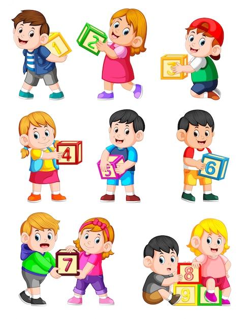 Policzmy do dziesięciu z dziećmi trzymającymi pudło Premium Wektorów