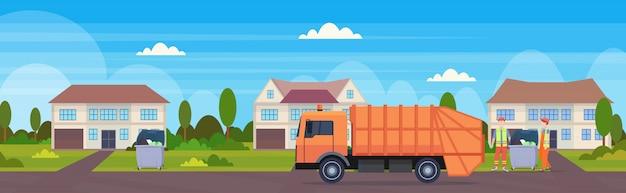 Pomarańczowa śmieciarka Miastowy Sanitarny Pojazd ładuje Przetwarzający Kosze Odpady Przetwarza Pojęcie Pojęcie Chałupa Domu Wsi Wsi Tła Płaskiego Horyzontalnego Sztandar Premium Wektorów