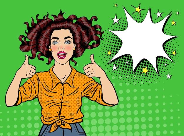 Pop Art ładna Kobieta Pozowanie Z Kciukiem Do Góry Znak. Radosna Dziewczyna Vintage Plakat Z Komiksową Dymek. Przypnij Baner Reklamowy Na Afisz. Premium Wektorów
