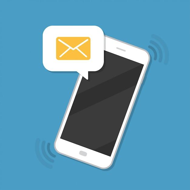 Powiadomienie o nowej wiadomości z ikoną koperty na smartfonie Premium Wektorów