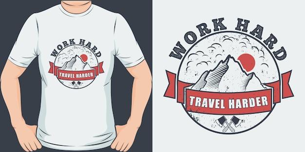 Pracuj Ciężko, Podróżuj Mocniej. Unikalna I Modna Koszulka Podróżna. Premium Wektorów