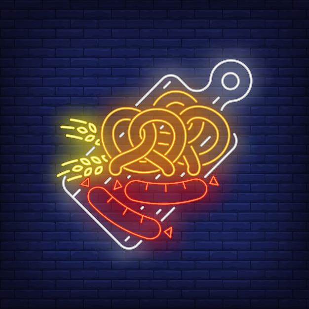 Precle, kiełbaski i kłosy jęczmienia na desce do krojenia neon znak Darmowych Wektorów