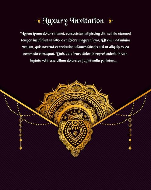 Projekt złota rocznika kartkę z życzeniami na ciemnym tle z kwiatem złotej mandali Premium Wektorów