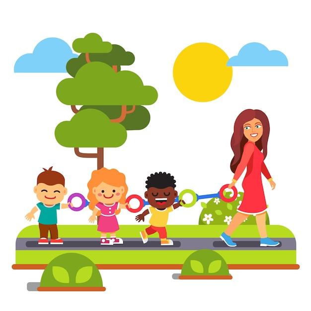 Przedszkole nauczyciel chodzenie z dzieciakami na zewnatrz Darmowych Wektorów