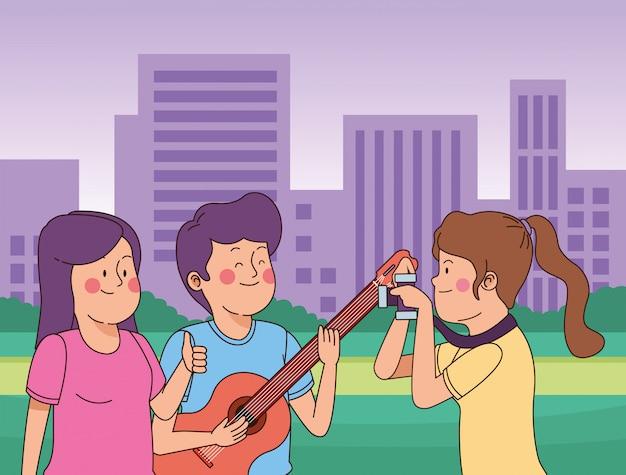 Przyjaciele Nastolatków, Uśmiechając Się I Dobrze Się Bawić Premium Wektorów