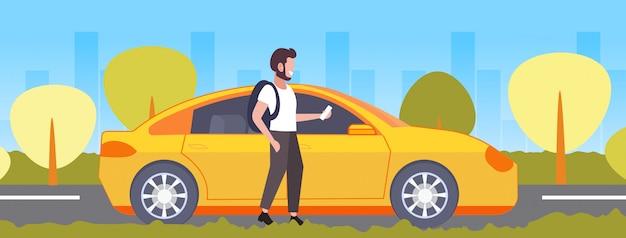 Przypadkowy Mężczyzna Używa Smartphone App Mobilnego Faceta Rozkazuje żółtego Taksówki Taxi Czynszu Udzielenia Samochodu Udostępnienia Pojęcia Transportu Usługa Pejzażu Miejskiego Tło Folował Długość Horyzontalną Premium Wektorów